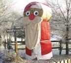 Strohballen-Weihnachtsmann im Dezember