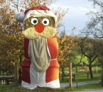 Fertig aufgebauter Strohballen-Weihnachtsmann