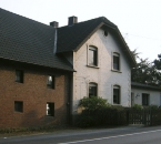 Straßenseite des Hofes an der B 234