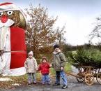 Kinder mit Bollerwagen am Strohballen-Weihnachtsmann