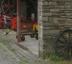 Altes Wagenrad im Hof
