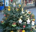 Von Kindern geschmückter Baum in Alt-Wetter